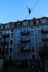 Direkt über den Köpfen der Anwohner  - Bernhard auf der längeren Line